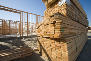 House construction and stack of planksの写真素材 [FYI03650002]