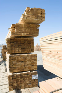 Stacks of planks for new houseの写真素材 [FYI03650006]