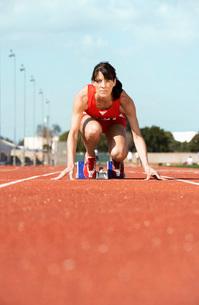 Female athlete on starting blockの写真素材 [FYI03650022]