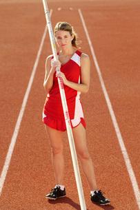 Athlete with pole vault full lengthの写真素材 [FYI03650033]