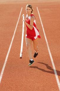 Athlete running with pole vaultの写真素材 [FYI03650034]