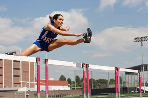 Female athletes hurdlingの写真素材 [FYI03650085]