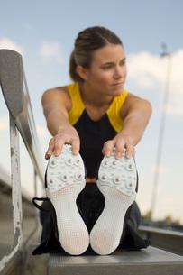 Female track athlete stretchingの写真素材 [FYI03650115]