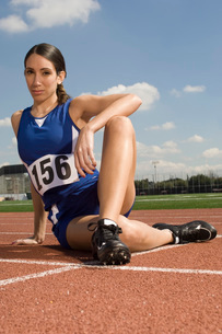 Female track athlete stretchingの写真素材 [FYI03650120]