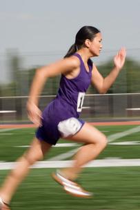 Female track athlete sprintingの写真素材 [FYI03650131]