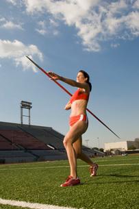 Female athlete throwing javelinの写真素材 [FYI03650135]