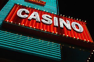 Neon casino sign at night low angle viewの写真素材 [FYI03650165]