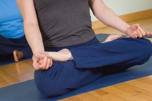 Woman in Lotus Posture in Yoga Classの写真素材 [FYI03650171]
