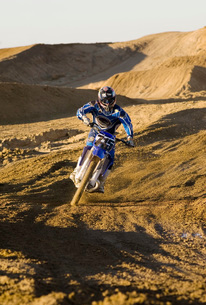 Motocross racer riding on dirt trackの写真素材 [FYI03650174]