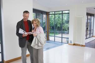Couple reading brochure in new propertyの写真素材 [FYI03650368]