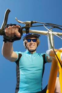 Young man on bicycle outdoorsの写真素材 [FYI03650473]