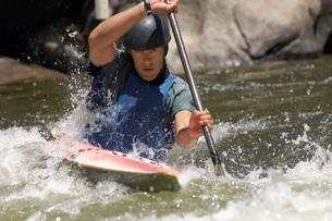 Young man whitewater kayakingの写真素材 [FYI03650521]