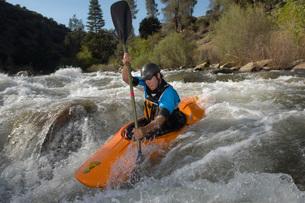 Man kayaking on mountain riverの写真素材 [FYI03650524]