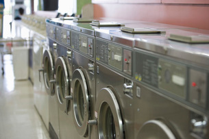 Row of washing machines in launderetteの写真素材 [FYI03650556]