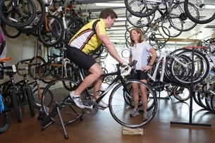 Mature couple choose a new bikeの写真素材 [FYI03650660]