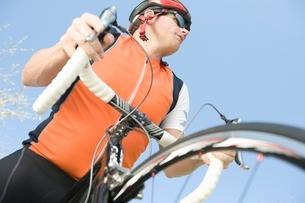 Male cyclist with metallic wheel rimsの写真素材 [FYI03650661]