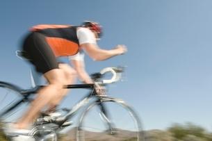 Male cyclist blurred motionの写真素材 [FYI03650671]