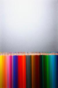Row of multi colored pencilsの写真素材 [FYI03650680]