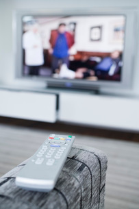 Remote control and television setの写真素材 [FYI03650689]