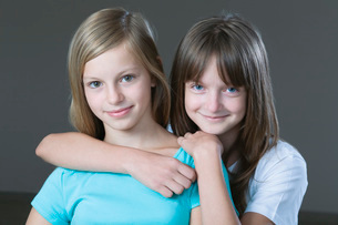 Studio portrait of two girl smilingの写真素材 [FYI03650706]