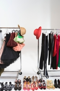 Fashion hats and accessories on clothes railの写真素材 [FYI03650746]