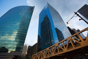 Modern skyscrapers low angle view Chicago Illinoisの写真素材 [FYI03650760]