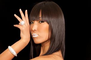 Asian woman posing on black backgroundの写真素材 [FYI03650823]