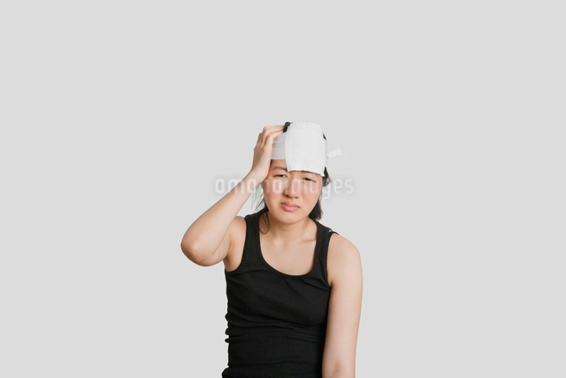 Portrait of a young female in pain with serious head injuryの写真素材 [FYI03650964]
