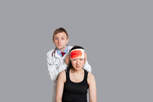 Portrait of a doctor treating his female patientの写真素材 [FYI03650967]