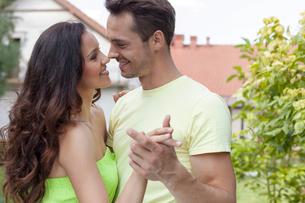 Romantic young couple dancing in parkの写真素材 [FYI03651531]