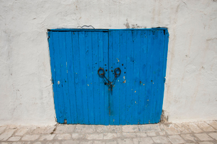 Typical blue local door, Tunis, Tunisiaの写真素材 [FYI03651620]