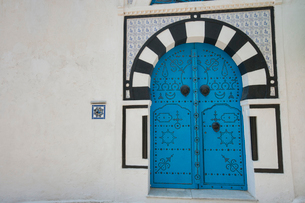 Typical local door of traditional house, Tunis, Tunisiaの写真素材 [FYI03651622]