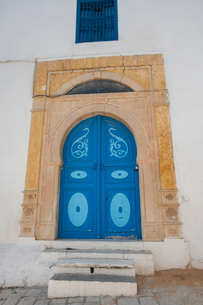 Typical local door of traditional home, Tunis, Tunisiaの写真素材 [FYI03651624]