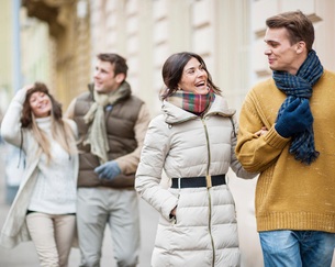 Happy couples in warm clothing enjoying vacationの写真素材 [FYI03651837]