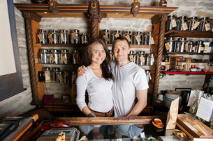 Portrait of happy couple standing together in tea storeの写真素材 [FYI03652002]