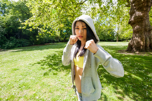 Portrait of determined fit woman practicing boxing at parkの写真素材 [FYI03652623]