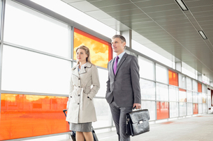 Businesspeople with luggage walking in railroad stationの写真素材 [FYI03652902]
