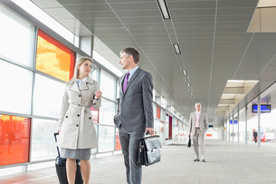 Businessman and businesswoman conversing while walking in railroad stationの写真素材 [FYI03652903]