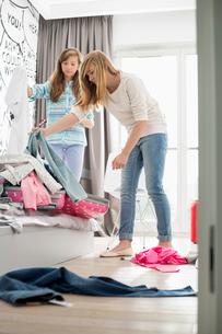 Sisters cleaning bedroomの写真素材 [FYI03652976]