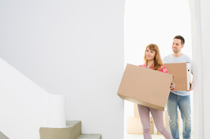 Couple carrying moving boxesの写真素材 [FYI03653079]