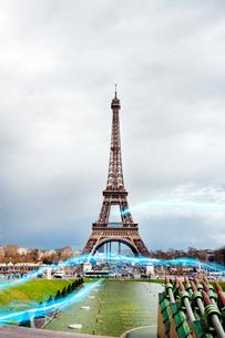 Blue streak of lights against Eiffel Towerの写真素材 [FYI03653352]