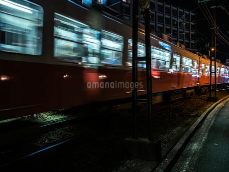 夜に電車が通り過ぎる様子の写真素材 [FYI03653390]