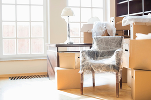 Moving boxes and furniture in new homeの写真素材 [FYI03653563]