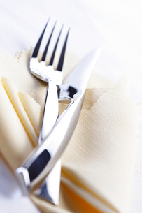 Close up of fork and knife lies on clothの写真素材 [FYI03653651]