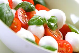 Close of tomato and mozarella in dishの写真素材 [FYI03653654]