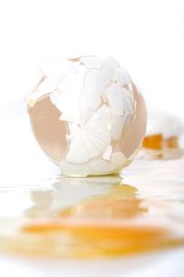 Broken egg - close upの写真素材 [FYI03653688]