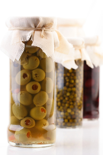 Pickled olives in jar - studio shotの写真素材 [FYI03653695]