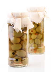 Studio shot of pickled olives in jarの写真素材 [FYI03653696]