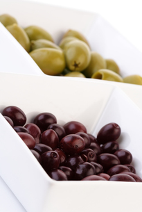 Studio shot of olives in bowlの写真素材 [FYI03653702]
