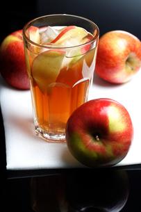 Close up of apple juiceの写真素材 [FYI03653788]